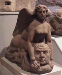Die Sphinx und eine Totenmaske. Schlossmuseum Colchester.