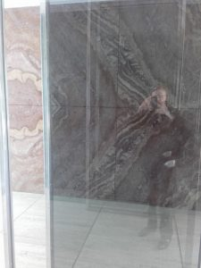 K800_Ich am Pavillon von Mies van der Rohe